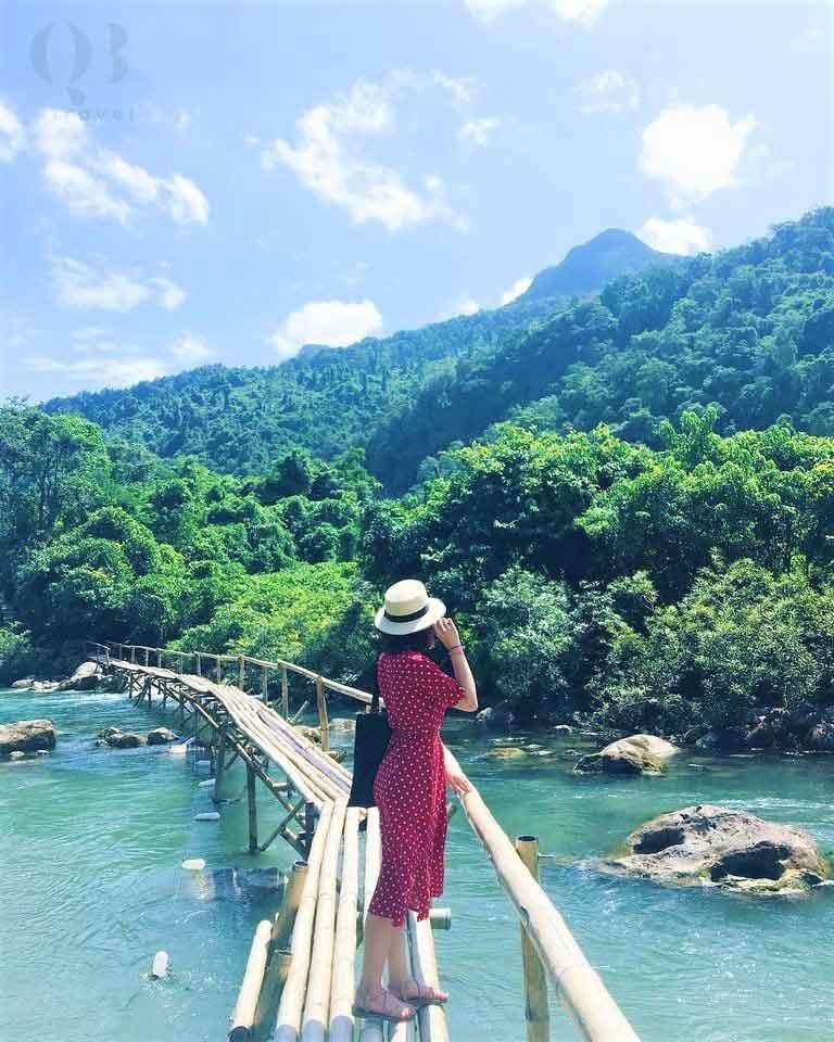 Cây cầu gỗ chạy quanh khu sinh thái Suối Nước Moọc Quảng Bình