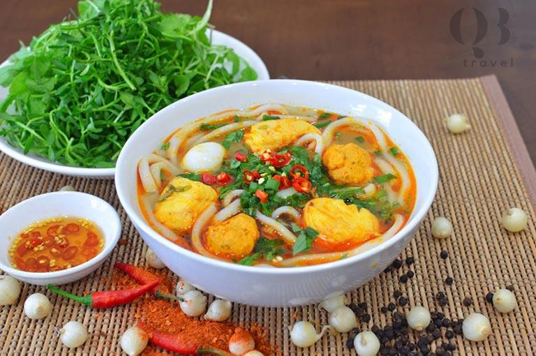 Bánh canh ở Đồng Hới thường ăn kèm với rau cải xanh