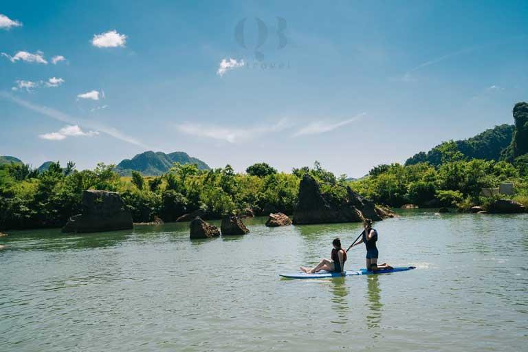 Các bạn trẻ cùng nhau chèo thuyền SUP - một hoạt động thú vị tại Bãi đá cạn