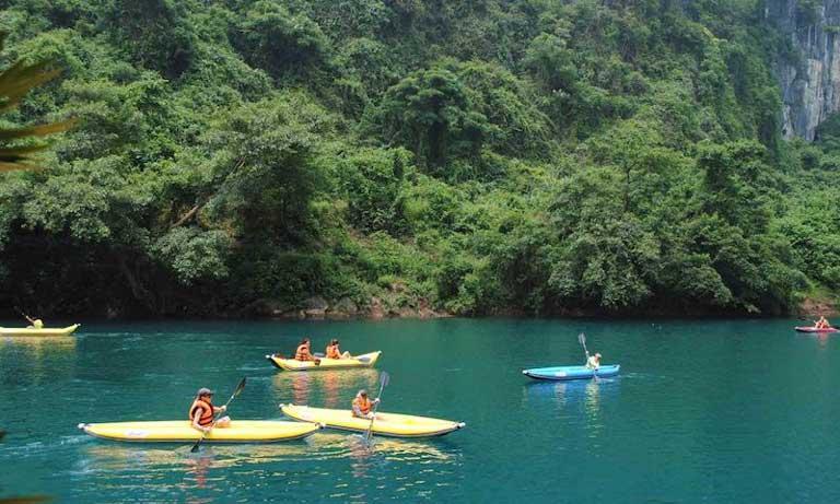 Du khách chèo thuyền kayak