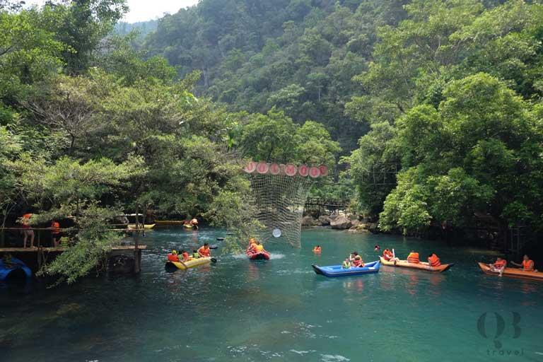 Khách du lịch trải nghiệm chèo thuyền ở suối Nước Moọc