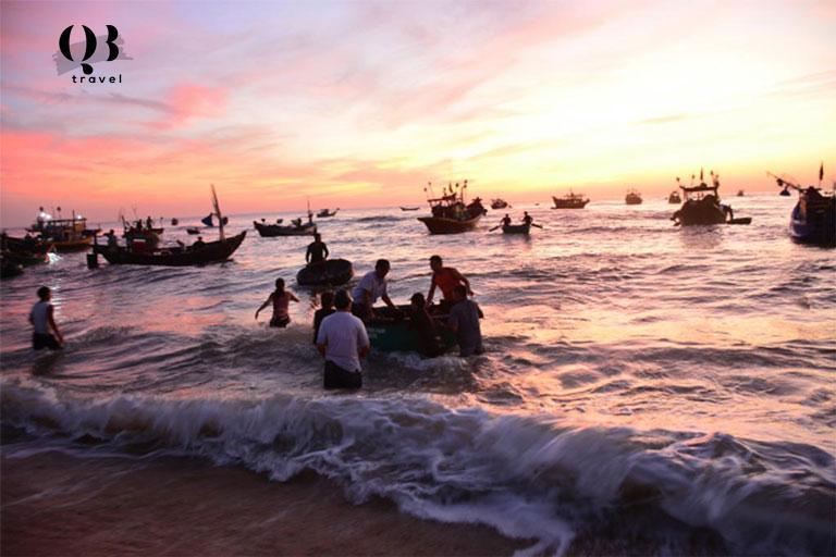 """""""Chợ cá"""" mỗi sớm bình minh tại bãi biển Nhân Trạch"""