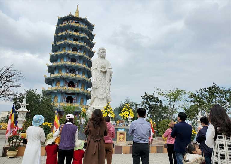 Dịp đầu năm mới, người dân Quảng Bình tới cầu may