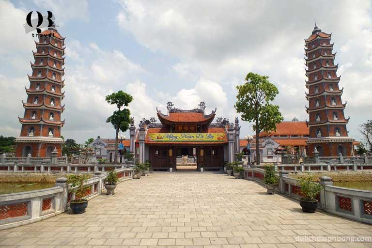 Ngôi chùa Hoằng Phúc cổ nằm ngay sát con sông Kiến Giang