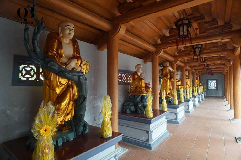 Tượng La Hán ở hành lang Điện Tam Bảo tại chùa Hoằng Phúc