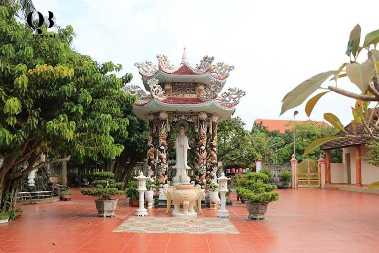 Tượng đài Quan Thế Âm được chạm khắc công phu tại chùa Thanh Quang - ngôi chùa nổi tiếng ở Quang Bình