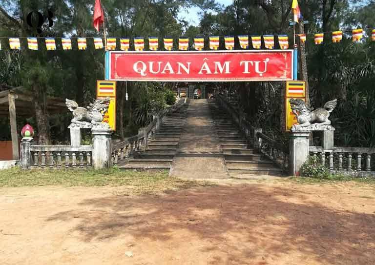 Cổng ngoài chùa Quan Âm Tự