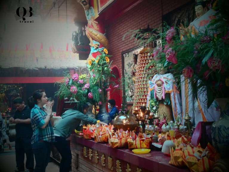 Các buổi lễ sớm mai tại chùa Quan Âm Tự