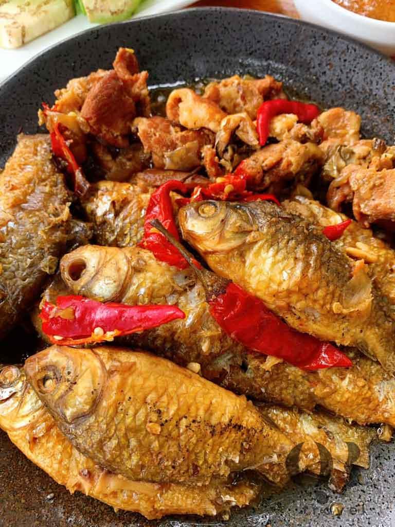 Cá diếc kho rục với thịt ba chỉ