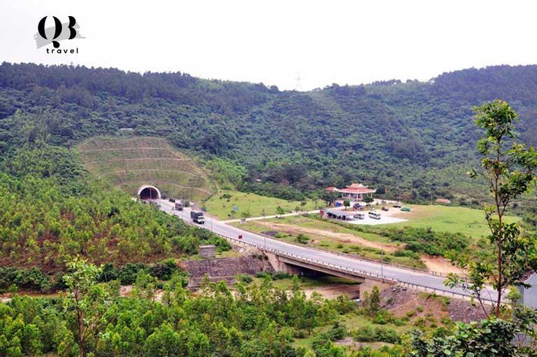 Đền thờ Thánh Mẫu Liễu Hạnh nằm dưới chân Đèo Ngang địa phận Quảng Bình