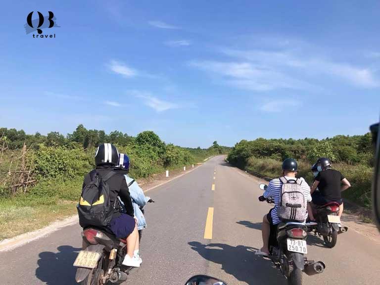 Đi tham quan các địa điểm tâm linh bằng xe máy rất được các bạn trẻ ưa thích