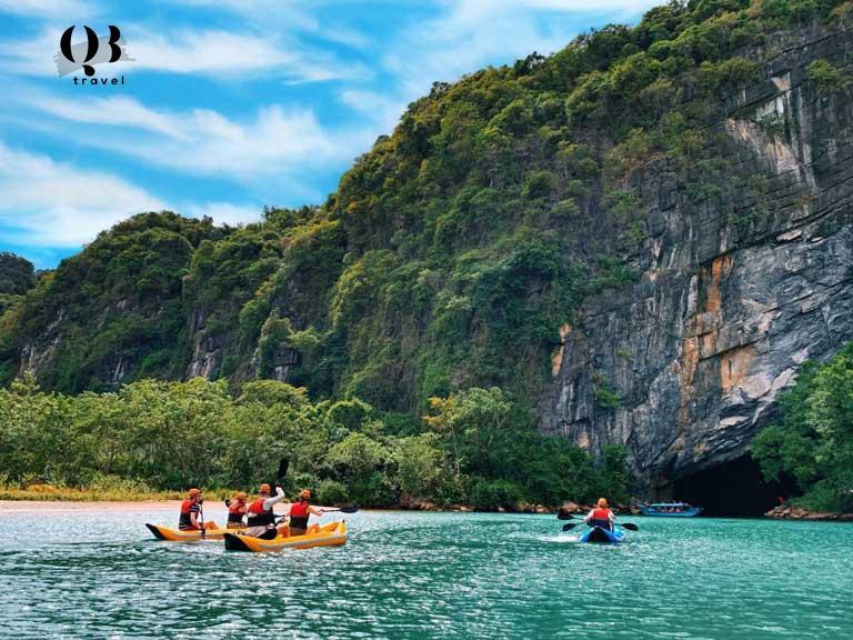 Du khách xuôi thuyền khám phá Phong Nha Kẻ Bàng