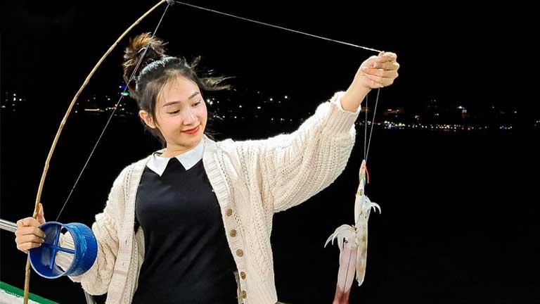 Trải nghiệm làm ngư dân với hoạt động câu mực thú vị ở Biển Nhật Lệ