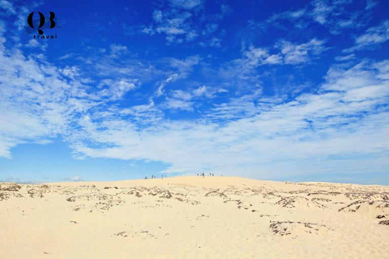 Đồi cát ngay gần biển Quang Phú