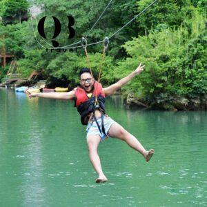 Du khách đang trải nghiệm Zipline trên Sông Chày Quảng Bình