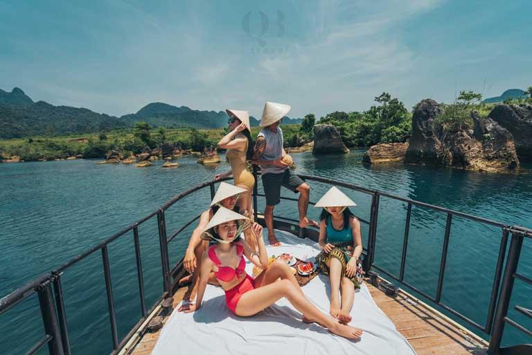 Kết hợp với chuyến du lịch Bãi Đá Cạn, du khách có thể đi thuyền và chiêm ngưỡng hoàng hôn thơ mộng ở Phong Nha nhìn từ sông Son