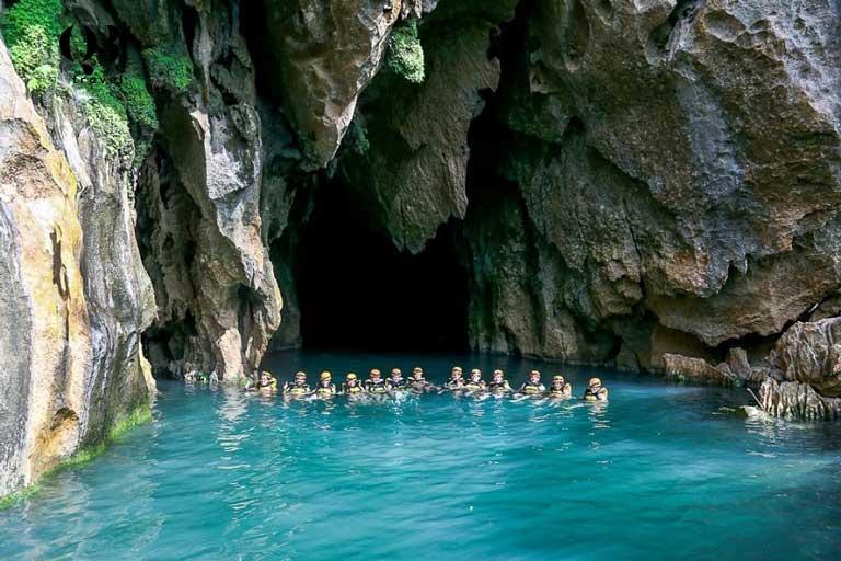 Rất nhiều du khách mê đắm vẻ đẹp và màu nước xanh ngọc bích của Hang Thủy Cung