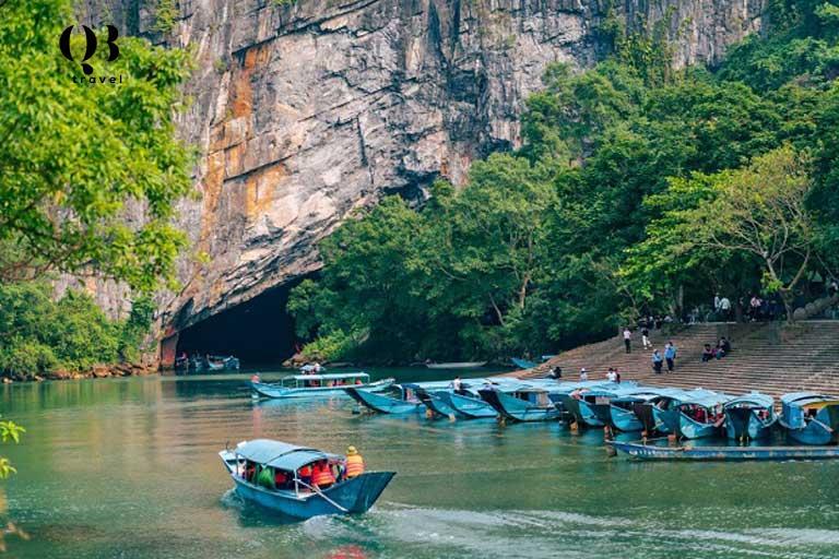 Trên sông tấp nập thuyền đưa du khách vào tham quan