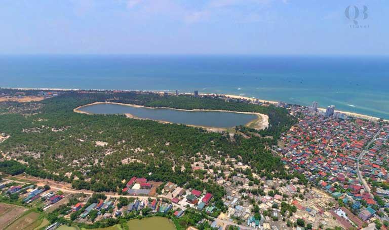 Hồ Bàu Tró nằm giữa biển xanh cát trắng
