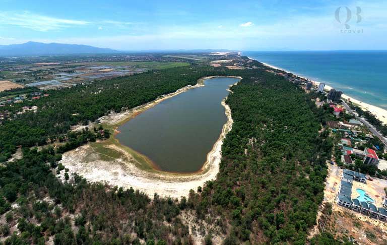 Hồ nước ngọt Bàu Tró có hình dạng như một dấu chân khổng lồ