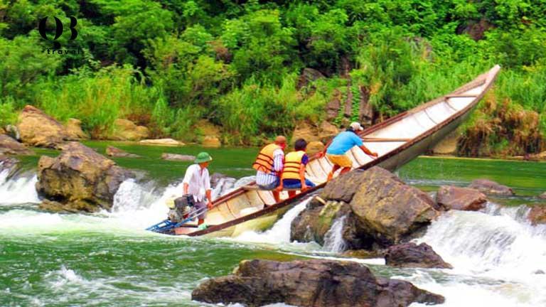 Hình ảnh khách du lịch vượt thác trên dòng Long Đại