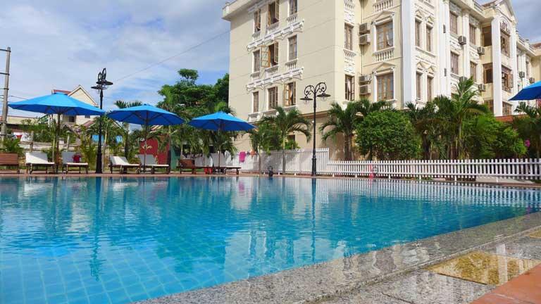 Bể bơi tại khách sạn Ban Mai