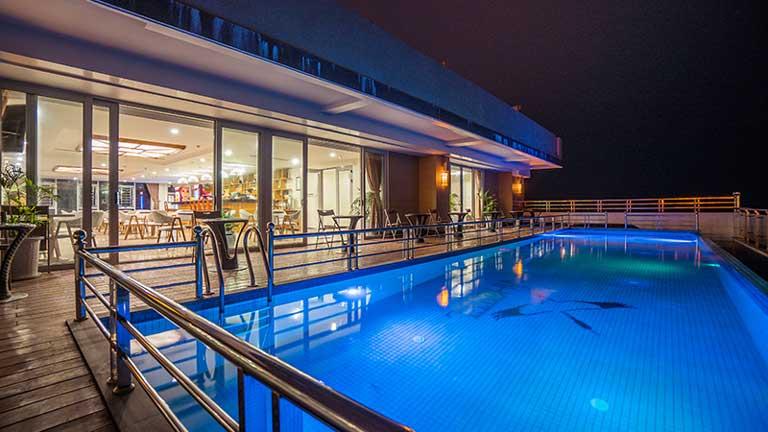 Bể bơi cực xịn tại khách sạn Vĩnh Hoàng
