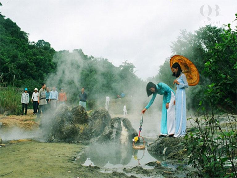 Du khách tổ chức nhiểu hoạt động hấp dẫn tại suối Bang