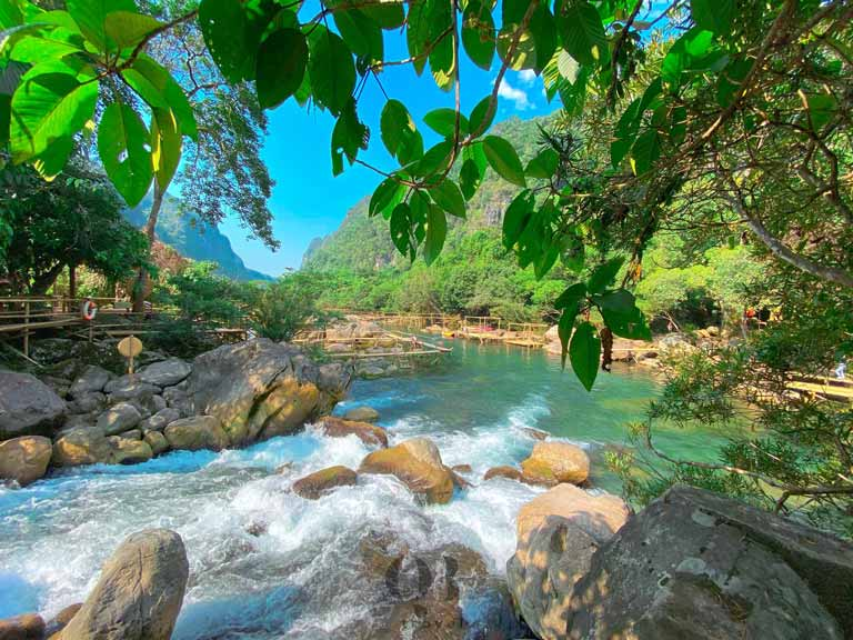 Suối Nước Moọc sở hữu vẻ đẹp đa dạng, biến hóa theo thời gian