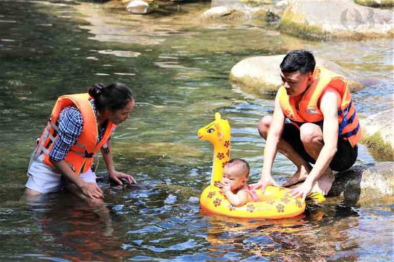 Khu Ghềnh Moọc - Suối Nước Moọc có bể bơi nhỏ xanh mát cho trẻ em
