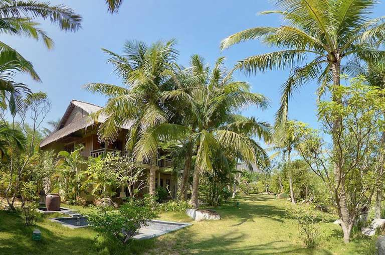 Khu vườn xanh mát tại Sun Spa Resort