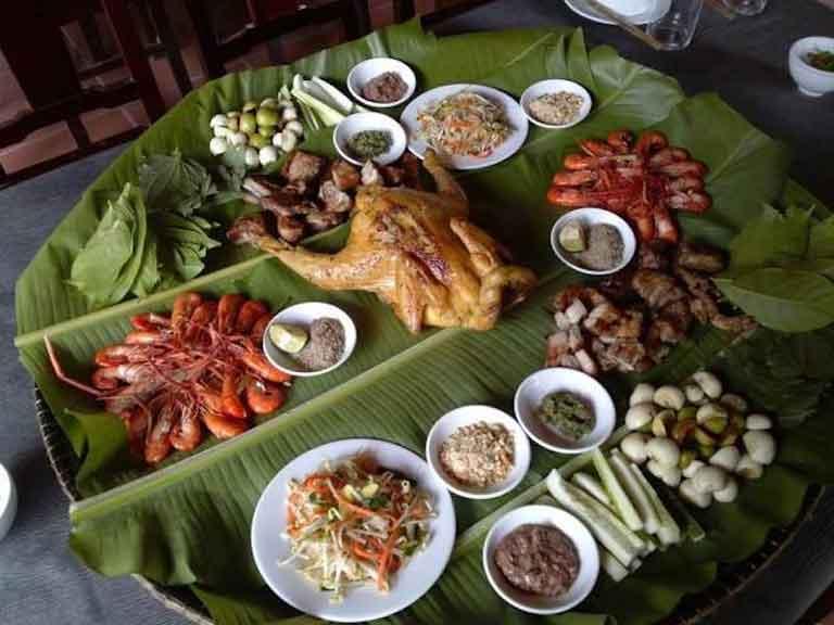 Mẹt đồ ăn đầy đủ các món từ gà đến cơm nắm