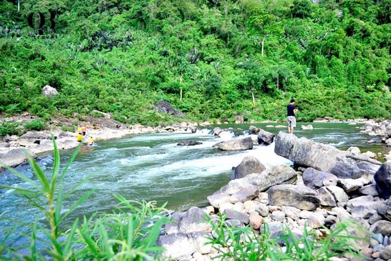 Những nhánh nhỏ thác đổ xuống sông Long Đại nước chảy cuồn cuộn