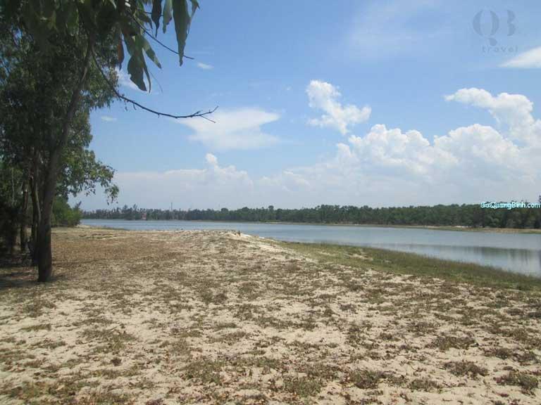 Những rặng phi lao xanh mướt đôi bờ hồ Bàu Tró