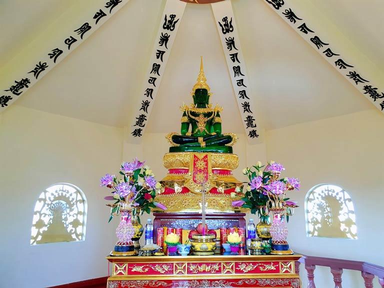 Phật làm bằng ngọc vô cùng đẹp