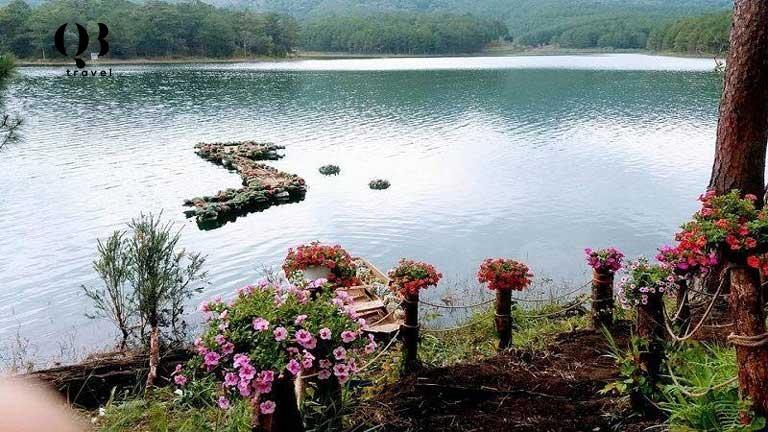 Hồ nước trong xanh ngay cạnh rừng thông Quảng Bình