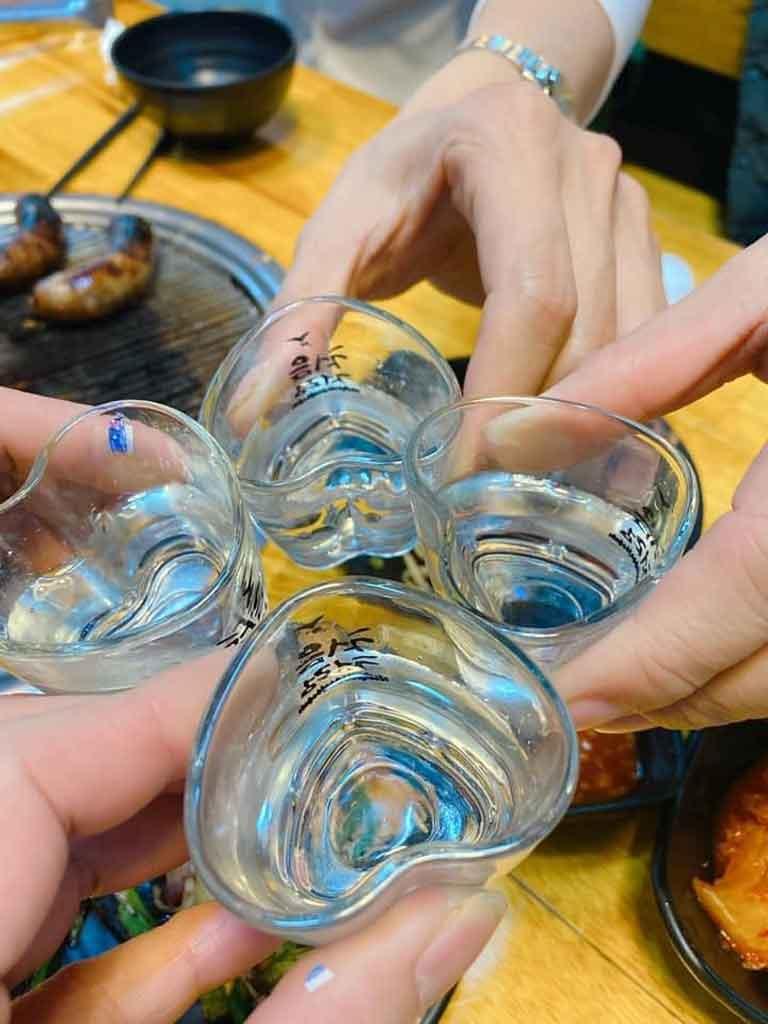 Thưởng thức đồ nướng với rượu soju tại quán