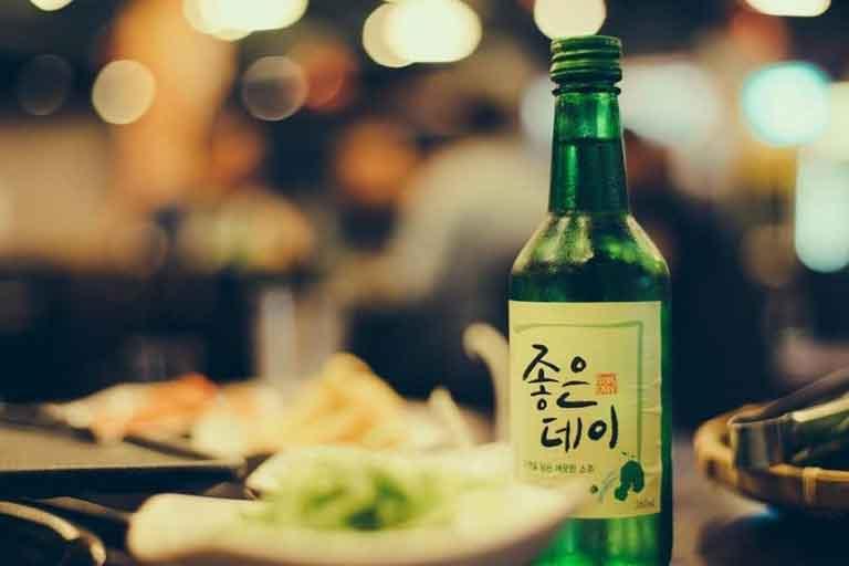 Rượu Soju cũng được phục vụ tại quán
