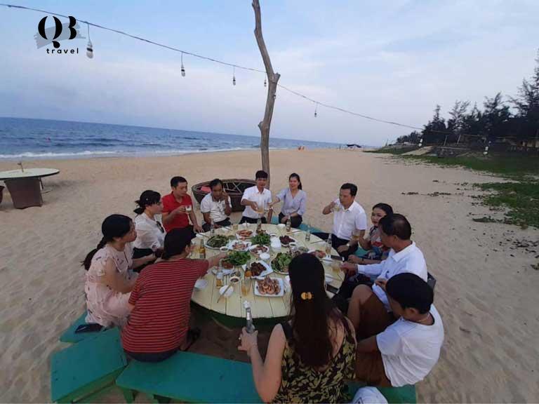 Bữa tiệc nhóm trên bãi biển ở Seasand Homestay