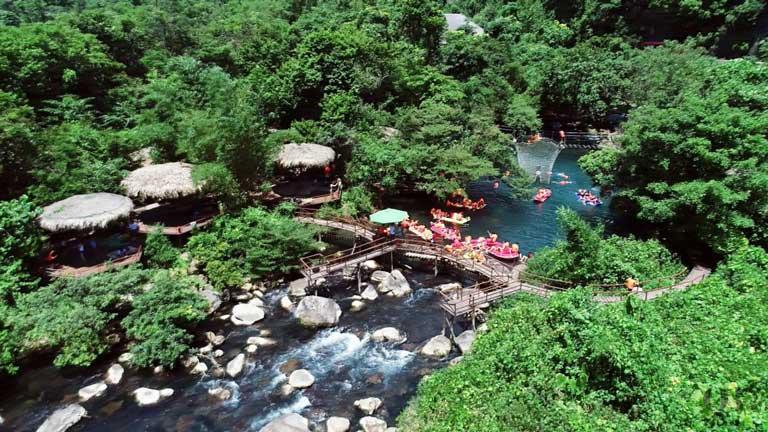 Suối Nước Moọc Quảng Bình bao quanh bởi núi rừng tươi xanh