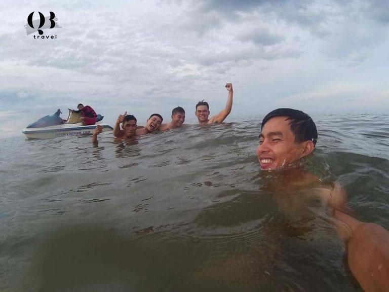 Hoạt động tắm biển tấp nập tại biển Nhật Lệ