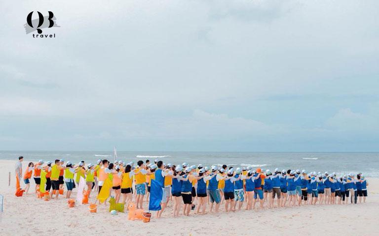 Hoạt động team building tại bãi biển Nhật Lệ