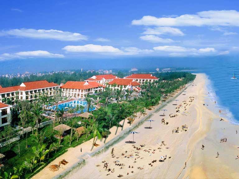 Quảng Bình có nhiều địa danh nổi tiếng, xinh đẹp mà du khách có thể khám phá như Bãi biển Nhật Lệ,...