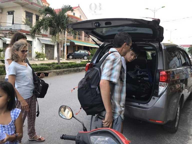 Đón khách/ giao xe tại ga tàu Đồng Hới khi thuê xe Quảng Bình tại QBTravel