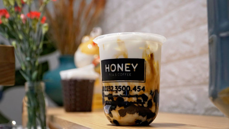 Thơm ngon với ly trà sữa trân châu đường đen tại Honey Tea