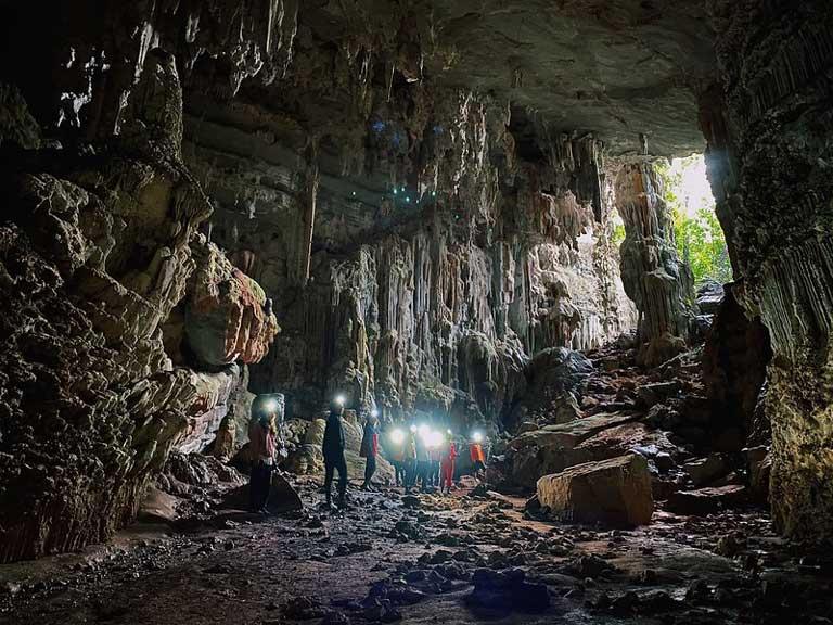 Đoàn du khách đi trekking trong hang động ở Quảng Bình