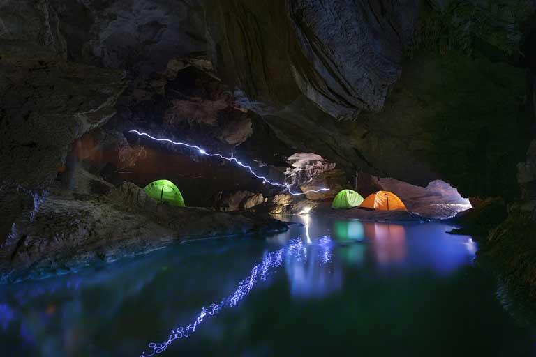 Du khách cắm trại trong hang nước mát lành của Hang Chà Lòi