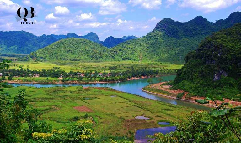 Du khách được chiêm ngưỡng khung cảnh non nước hữu tình mang vẻ đẹp nguyên sơ khi khám phá Động Phong Nha Kẻ Bàng