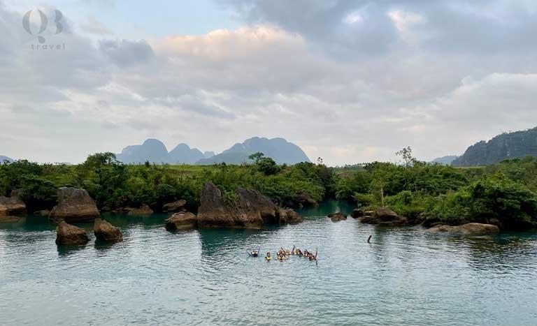 Nhóm bạn cùng nhau đi bơi ở bãi đá cạn Quảng Bình