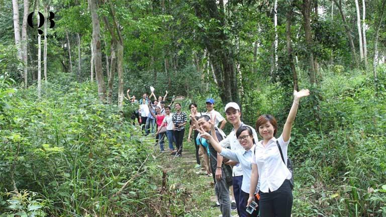 Các du khách tham quan vườn quốc gia trên Đường mòn diễn giải